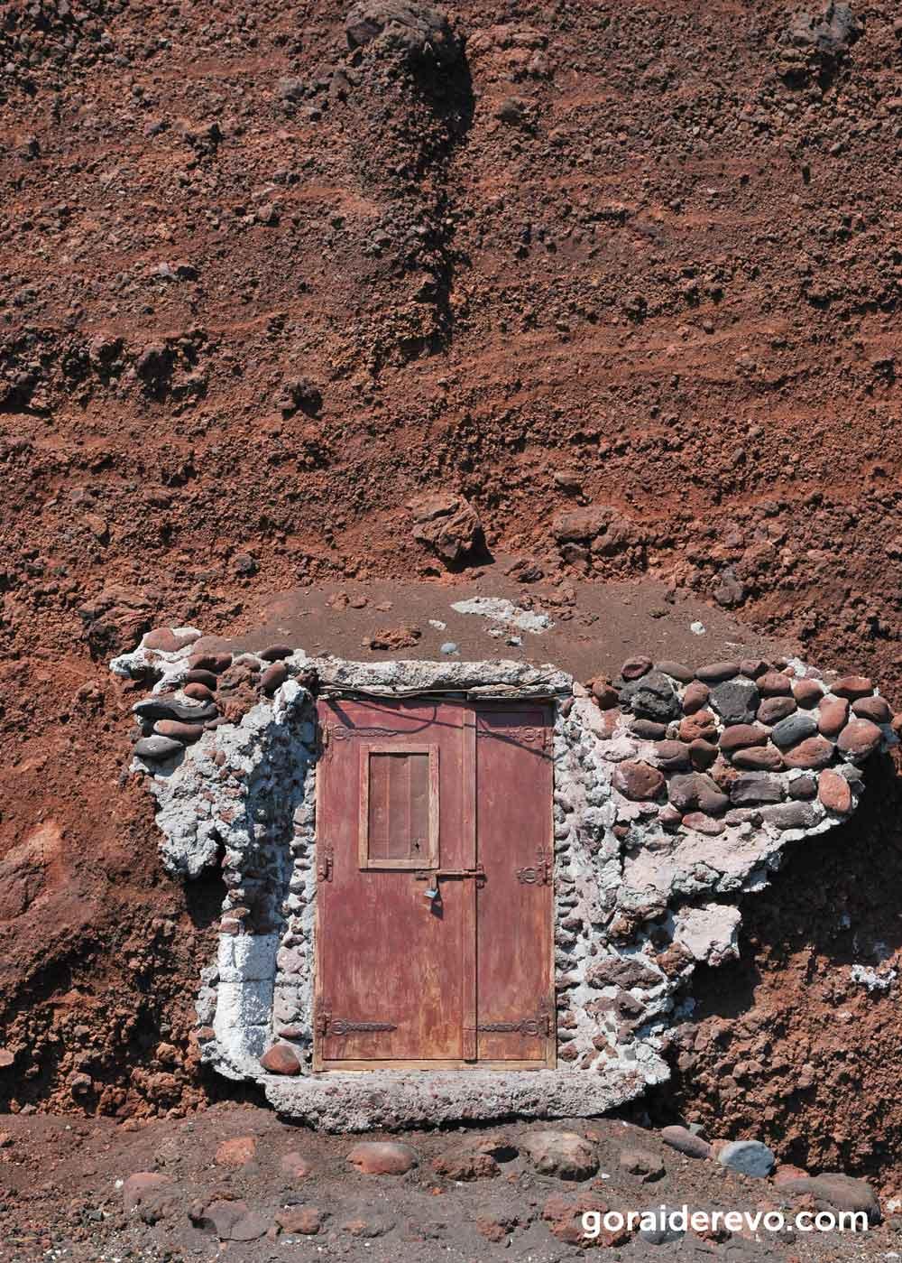 двери в скале