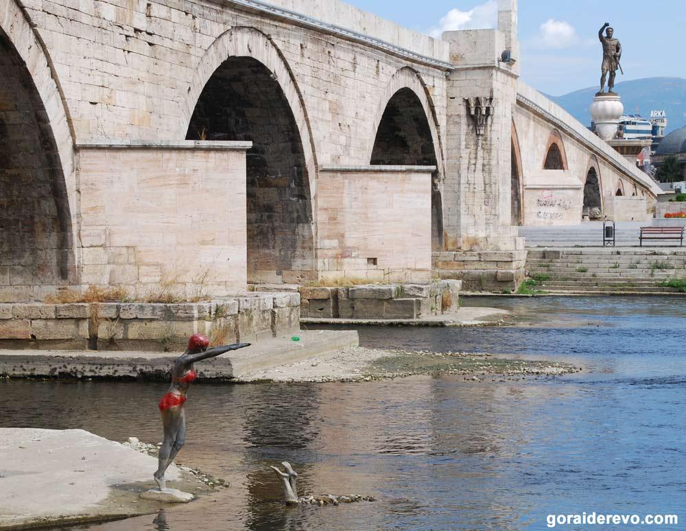Скопье памятник девушка прыгает