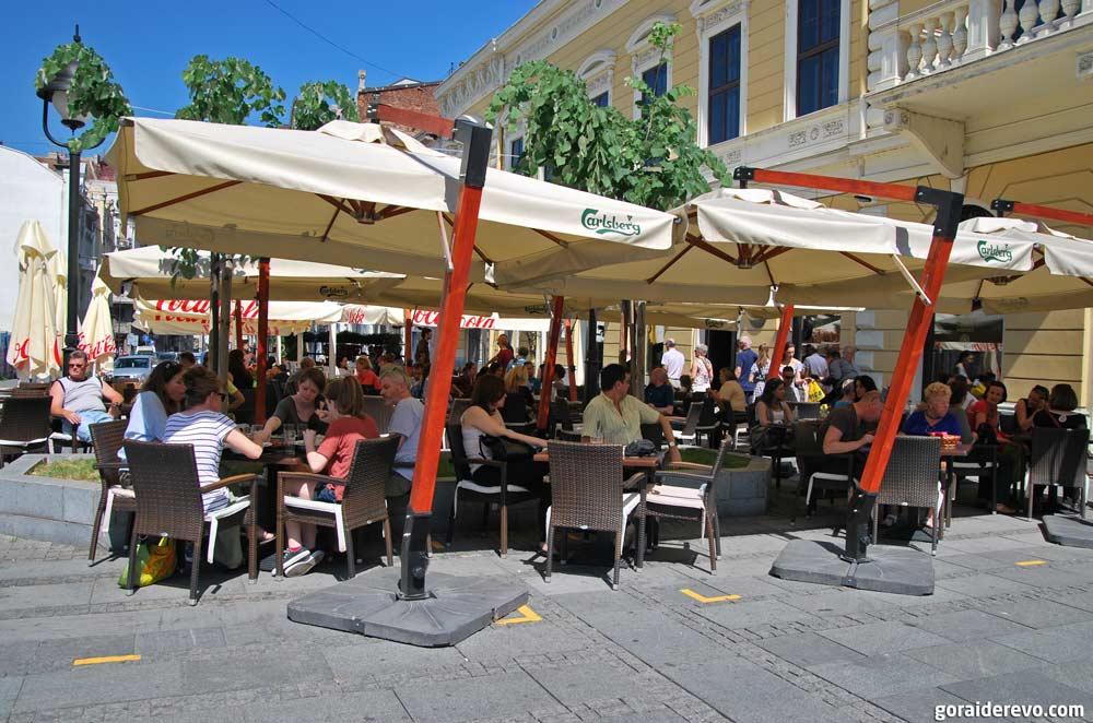 сербы в кафе