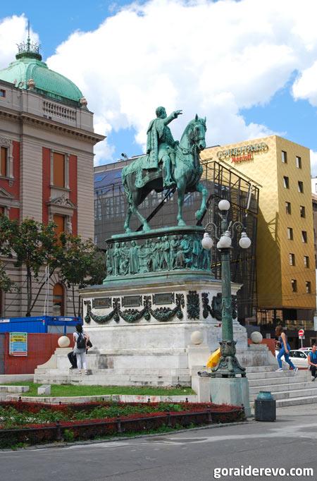 памятник князю Михаилу площадь республики