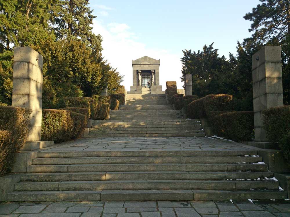 памятник неизвестному герою Авала